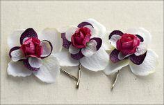 Trois pinces à cheveux avec des fleurs d'hortensia en tissu. Les roses au coeur sont en papier épais.    Apportez à votre coiffure une touche de fr...