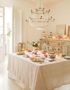 Estilismo delicado para una mesa de merienda y su entorno, en este caso de interior. Todo se acompaña y forma el conjunto de algo que puede ser sencillo pero que El Mueble consigue hacerlo especial.
