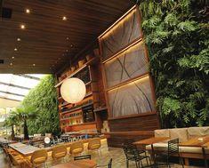 Pela fachada, você não tem idéia do que te espera no restaurante KAA. Já impressiona pelo imenso jardim tropical com plantas da mata atlântica com um espelho d'água aos seus pés. O arquiteto…