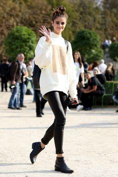 Gli skinny in ecopelle si portano pratici con piccoli risvolti, stivaletti e maxi felpa panna.  -cosmopolitan.it