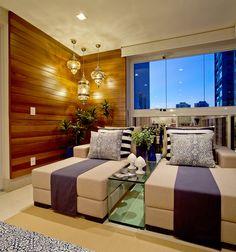 Cantinho para relaxar!! Chaise com almofadas em azul e branco e parede em madeira cumaru
