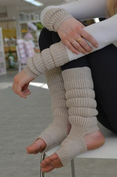 Lovely yoga socks + legwarmers and wristwarmers in brioche knitting. Free pattern (Swedish, Finnish)