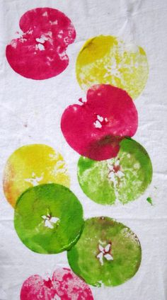 Crafts- A good way to use old apples up! Kids arts and crafts apple prints Kindergarten Christmas Crafts, Preschool Projects, Easy Christmas Crafts, Preschool Crafts, Fall Crafts, Preschool Apples, Autumn Art, Autumn Theme, Autumn Activities