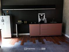 """Assista o sétimo episódio da série """"PROJETO CRIATIVO""""! A Imprimax forneceu espaço e materiais para que arquitetos e designers de interiores esbanjassem toda a sua criatividade, mostrando as possibilidades da utilização de vinis autoadesivos na decoração de ambientes. Confira agora o resultado incrível e conceitual que a design de interiores STELLA LINGUANOTTI criou. Buffet, Kitchen Cabinets, Designers, Storage, Furniture, Home Decor, Vinyls, Architects, Creative"""
