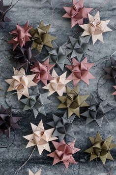 5 pointed origami star Christmas ornaments - step by step instructions Noel Christmas, Winter Christmas, All Things Christmas, Christmas Crafts, Christmas Paper, Origami Christmas, Nordic Christmas Decorations, Christmas Tables, Traditional Christmas Decor