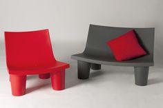 Fauteuil et banc Low Lita design, ludique et innovant pour un jardin moderne. Ce fauteuil à assise subtilement inclinée est très confortable pour un moment de détente optimale dans votre jardin. Rouge, gris, vert, jaune,... Autant de couleurs pour faire pétiller votre extérieur !