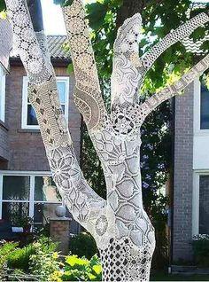 Mandalas em crochê usadas para revestir a árvore. Uma ideia um tanto extravagante mas divina!
