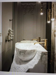 Bildhauer Waschbecken aus Stein geschlagen