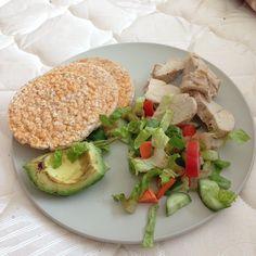 ❝Rice cakes with chicken, avocado & veggie salad.❞