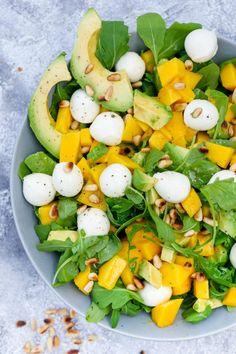 Rucola-Mango-Salat mit Pinienkernen, Avocado und Orangendressing Fruity arugula and mango salad with pine nuts, avocado and a quick orange dressing – food palate friend Raw Food Recipes, Dinner Recipes, Cooking Recipes, Healthy Recipes, Healthy Salads, Healthy Eating, Healthy Food, Healthy Lunches, Mozzarella Salat
