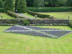 Isle of Mull, UK: Scottish flag flowerbed Torosay castle Mull