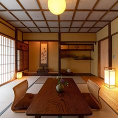 """MACHIYA INNS & HOTELS (Japan) on Instagram: """"Love the classic design of a 🇯🇵Japanese #washitsu room? The clean lines of the ceiling is a design known as 'Go-Tenjo' (格天井). #minimalism…"""" Japanese Home Design, Japanese Tea House, Traditional Japanese House, Japanese Interior, Japanese Style, Shop Interior Design, House Design, Interior Ideas, Cafe Interior"""