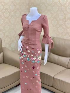 Floral Skirt Outfits, Skirt Outfits Modest, Modest Dresses, Traditional Dresses Designs, Traditional Outfits, Dress Design Patterns, Myanmar Dress Design, Myanmar Traditional Dress, Classy Work Outfits