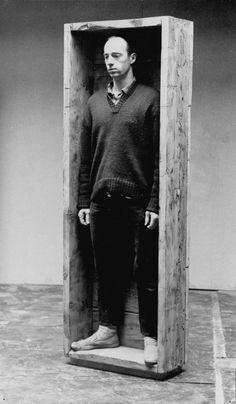 Robert Morris - Untitled, Box for standing [Sem título, Caixa para estar de pé]. John Baldessari, Robert Morris, Giuseppe Penone, Joseph Kosuth, Contemporary Artists, Modern Art, Christo And Jeanne Claude, Fluxus, Chef D Oeuvre