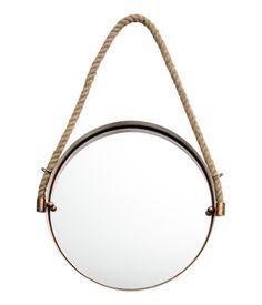 Een ronde spiegel met een metalen lijst met een antieklook. De spiegel heeft een jute touw om de spiegel aan op te hangen. Diameter 30 cm, hoogte lijst 3 cm. Opgehangen meet de spiegel 50 cm vanaf het touw tot aan de onderkant. Schroeven worden niet meegeleverd.