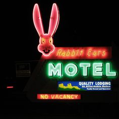 damn, no vacancy @ the Rabbit Ears! Advertising Signs, Vintage Advertisements, Electric Signs, Roadside Signs, Neon Moon, Vintage Neon Signs, Neon Nights, Neon Rainbow, Old Signs