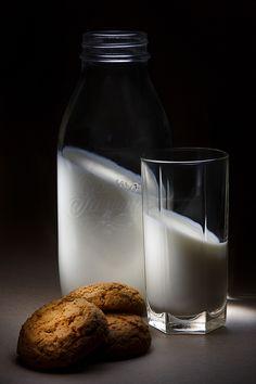 milk vs. gravitation   light painting, light brush, long exposure, fine art, still life, morning, breakfast, cookies