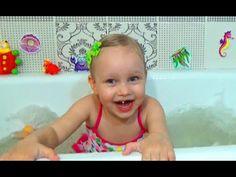 Алиса играет в ванне Развлечение для детей шарики и пена ! plays in the ...