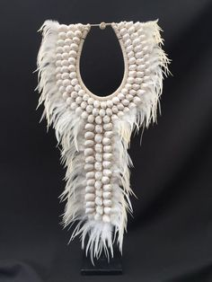 Schelpenketting op standaard - Papua Nieuw-Guinea - 21e eeuw Jewelry Crafts, Jewelry Art, Maxi Collar, Feather Wall Art, African Necklace, Seashell Art, Tribal Fusion, Feather Necklaces, Neck Piece