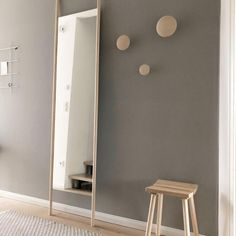Natürliche Flurgestaltung: Viel Holz, graue Wände. HAY Dots als Garderobe. #standspiegel #holz #wandfarbe #skandinavisch #interior #holzboden #teppich #beige #COUCHstyle