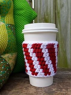 Easy Crochet Patterns Free Easy Crochet Patterns for Christmas Themed Cup Cozy - Gift Some Lovely Christmas Themed Cup Cozy and Mug Cozy to all, this festive season. Have a look at these amazing Free Easy Crochet Patterns. Crochet Christmas Cozy, Crochet Coffee Cozy, Crochet Cozy, Christmas Crochet Patterns, Crochet Crafts, Crochet Ideas, Crochet Projects, Coffee Cup Cozy, Coffee Girl