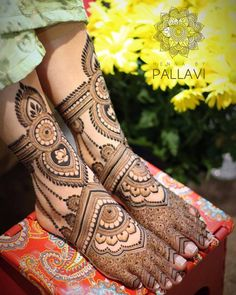 Find out the best bridal mehndi designs for foot and legs. Choose from the easy mehndi design images shown here with different patterns of floral, peacock, leaf-like. Leg Mehendi Design, Mehndi Designs Feet, Leg Mehndi, Indian Mehndi Designs, Stylish Mehndi Designs, Mehndi Design Photos, Mehandi Designs, Henna Mehndi, Henna Art