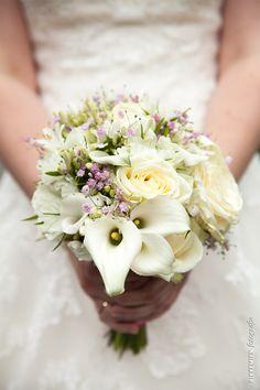 bruidsboeket, vintage, roze, geel, bloem, roos, rozen, bloemen, aronskelk, bridal bouquet, bride's bouquet, wedding, gipskruid, roses, flowers, flower, Zantedeschia aethiopica, Zantedeschia, bruidsfotograaf, trouwfoto, trouwreportage, bruiloft, gele roos, gele rozen, witte bloemen, rose, wedding dress, vintage wedding dress http://www.rikkemienfotografie.nl/