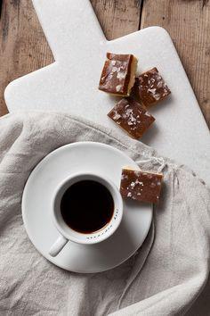 raw food godis salty caramel Healthy Cookie Recipes, Healthy Cookies, Healthy Sweets, Raw Food Recipes, Wine Recipes, Healthy Snacks, Vegan Treats, Vegan Foods, Vegan Baking