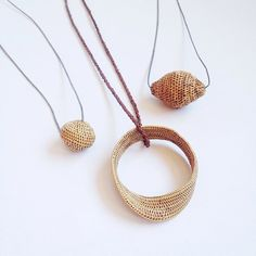 Collares Lou Zeldis Tiny basketry necklaces...