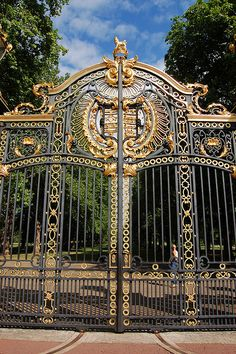 The gates to Green Park ~ one of the Royal Parks of London, located in Westminster by Buckingham Palace, England This park is dedicated to Princess Diana. It is located approx. 2 blocks away from our hotel in The West End. Buckingham Palace, Westminster, Portal, Le Riad, Sculpture Metal, Voyage Europe, Green Park, England And Scotland, Stained Glass Panels