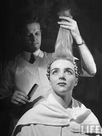 A man cold wrapping a woman's hair, 1940. Photographed by David E. Scherman. #vintage #1940s #hair #hairdressers