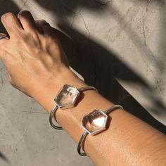 Bom dia! Fora cinza, dentro luz✨✨ Bracelete amuleto prata 950/cristal. #feixeacessorios #prata950 #cristal #artesanal