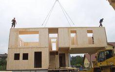 On aime les constructions en CLT pour la rapidité de mise en place. 2-3 jours en général pour la construction de l'ensemble des murs et plancher.  Les murs structuraux et planchers sont souvent laissés apparent.  Cela crée une économie des finitions.   Maison à ossature bois (MOB, préfabriquée)