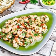 The ultimate Spanish tapa: garlicky and spicy prawns with fresh herbs! Very easy and fast dish! More tapas included. (in Dutch) Red Bean Chili Recipe, Spicy Prawns, Fast Dinner Recipes, Fast Recipes, Slim Fast, Food Reviews, Fish And Seafood, High Tea, Fresh Herbs