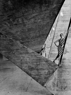 Cette exposition offre aux spectateurs une nouvelle perspective sur de nombreuses photos emblématiques de Helmut Newton.