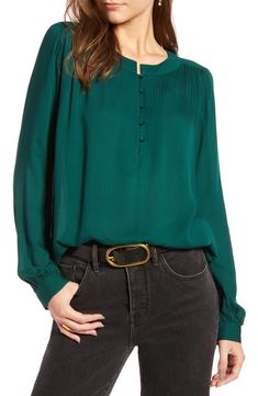 womens shirts and blouses Green Blouse Outfit, Bluse Outfit, Blouse Styles, Blouse Designs, Vintage Stil, Work Shirts, Dress Patterns, Shirt Blouses, Casual Looks