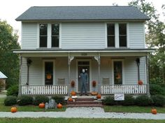 Discover Myers House in Hillsborough, North Carolina: One killer horror movie fan has built an exact recreation of Michael Myers' childhood home. Scary Movies, Horror Movies, Good Movies, Comedy Movies, Halloween Film, Halloween House, Halloween Ideas, Happy Halloween, Halloween Party