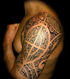 Tatouage+maori+traditionnel+sur+le+bras+d'un+homme