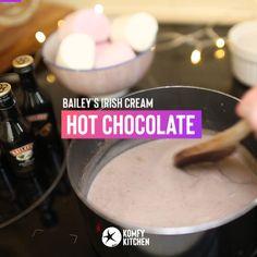 Hot Chocolate Baileys, Crockpot Hot Chocolate, Chocolate Cocktails, Christmas Hot Chocolate, Hot Chocolate Recipes, Hot Chocolate Party, Irish Cream Drinks, Baileys Irish Cream, Baileys Recipes