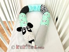 NIDO, REDUCTOR DE CUNA, PROTECTOR DE CAMA, COJÍN Y JUGUETE: PANDA RUFI Scrap Fabric Projects, Fabric Scraps, Sewing Projects, Baby Cot Bumper, Baby Pillows, Sleeping Bag, Dog Toys, Baby Quilts, Cribs