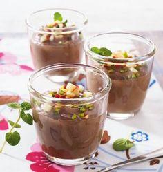 Schnelle Nougat-Espresso-Mousse Rezept: Nussnougatcreme,Schmand,Espressopulver,Backkakao,Schlagsahne,Pistazien,Apfel,Zitronensaft