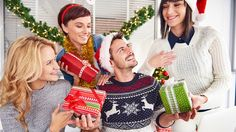 Groupe de personnes qui s'échangent des cadeaux de Noël
