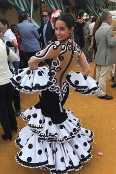 White Fashion, Unique Fashion, Boho Fashion, Fashion Design, Flamenco Costume, Latin Dance Dresses, Flamenco Dresses, Spanish Dancer, Mardi Gras Costumes