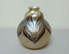 VINTAGE-ORIENT-amp-FLUME-GOLD-IRIDESCENT-ART-GLASS-VASE-SIGNED-DATED-1978