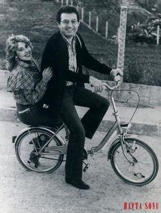 Bir dönem içtikleri su bile ayrı gitmezdi aynı bisiklette gördüğünüz Nilüfer'le Kayahan'ın. Nilüfer 1984'te Kayahan'ın 'Kar Taneleri'ni seslendirdi. Sonra daha birçok eserini. Ama araya dargınlık girince Kayahan ona şarkılarını yasakladı.