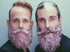A criatividade não tem limite. Depois de usar balas, tintas, flores e até brinquedos para enfeitar a barba, os amigos de Portland (EUA) que gerenciam a conta The Gay Beards no Instagram mostram uma nova forma de fazer intervenções nos pelos do rosto: cobrindo a barba com glitter.