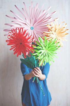 papierblumen-basteln-kindern-blumen-großformat--streifen-knöpfe