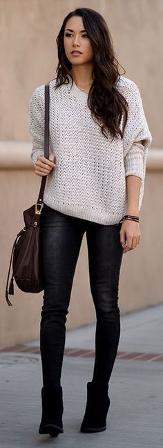 белый свитер с черными джеггинсами