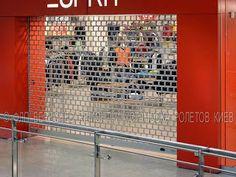 Для защиты внутренних открытых проемов торговых залов и секций магазинов чаще всего применяются ролеты решетки и комбинированные ролеты на их основе.