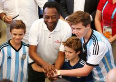 Brooklyn Beckham Photos Photos - Pele poses with Romeo Beckham (L), Cruz Beckham (2nd R) and Brooklyn Beckham prior to the 2014 FIFA World Cup Brazil Final match between Germany and Argentina at Maracana on July 13, 2014 in Rio de Janeiro, Brazil. - Germany v Argentina
